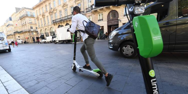 A Bordeaux, Alain Juppé met dehors les trottinettes en libre-service