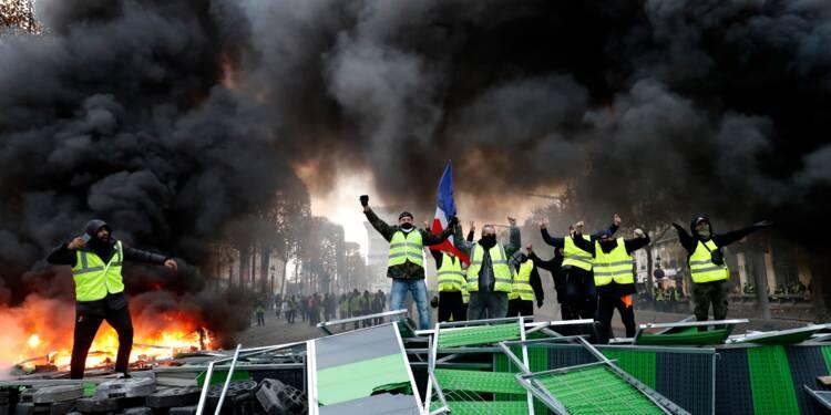 """""""Gilets jaunes"""": mobilisation en baisse, Macron dit sa """"honte"""" des violences à Paris"""