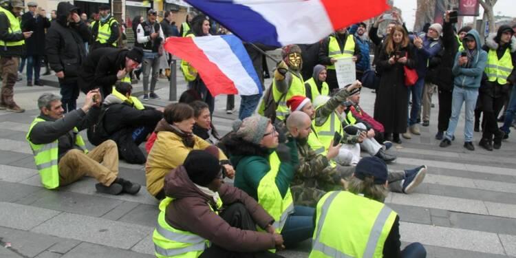 """Angoulême : quatre """"gilets jaunes"""" embauchés sur un rond-point"""