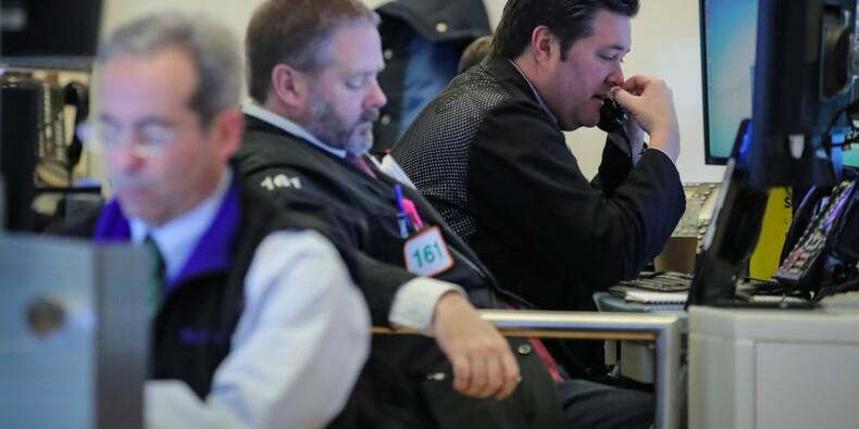 Wall Street finit en baisse, plombée par des indicateurs