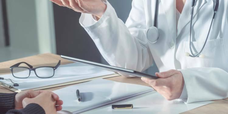 Arrêts maladie : un jour de carence pour tous, la proposition choc d'un rapport remis au gouvernement
