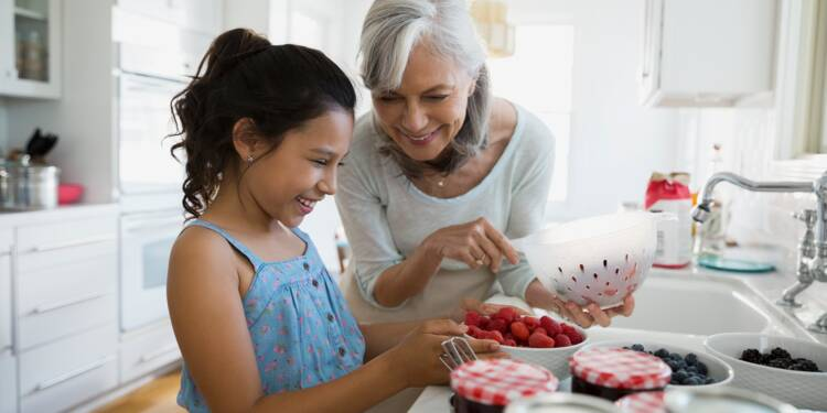 Alimentation, jouets, transport… combien coûtent les petits-enfants à leurs grands-parents ?