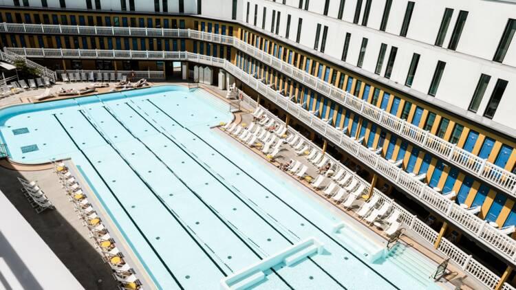 Prison, studio télé, piscine... 6 lieux atypiques où dormir !