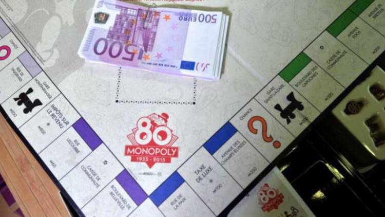 Il crédite son compte en banque avec des billets de Monopoly