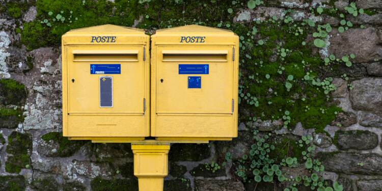 Effondrement du courrier, concurrence sur les colis... La Poste en mauvaise posture