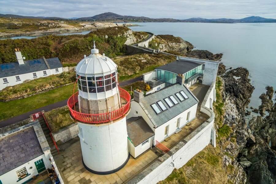 Une vue sur l'océan dans un phare en Irlande
