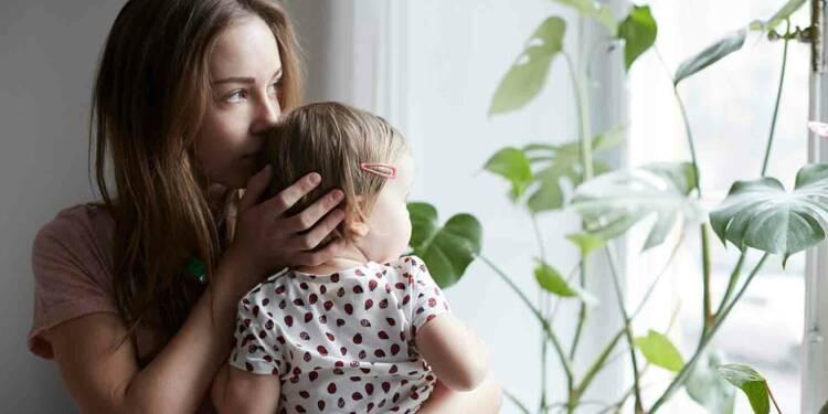 Surendettement : pourquoi les mères seules sont-elles plus fragiles?