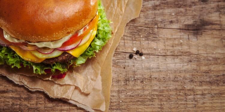Un homme frappant une femme pour un burger : la pub d'une enseigne belge passe très mal