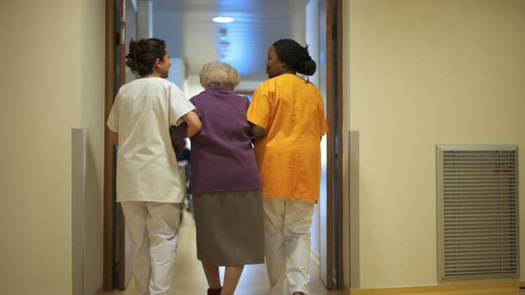 Fin du concours d'aide-soignant, hausse des salaires… ces propositions pour rendre les métiers du grand âge plus attractifs