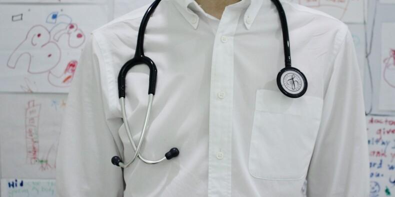 Un médecin détenu deux heures au poste après s'être garé en double file pour une visite