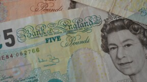 Le salaire minimum va augmenter de 6% au Royaume-Uni, et dépasser notre SMIC