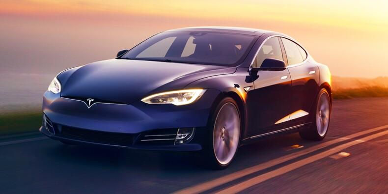 Un homme surpris sur la banquette arrière de sa Tesla pendant qu'elle roule