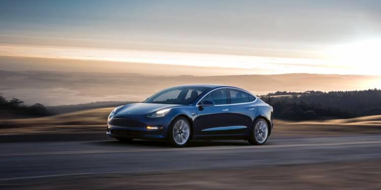 Une Tesla Model 3 en Autopilot percute une voiture de police