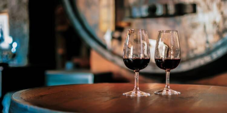Etats-Unis : par crainte de la hausse des taxes, un magasin a commandé 35.000 caisses de vin français