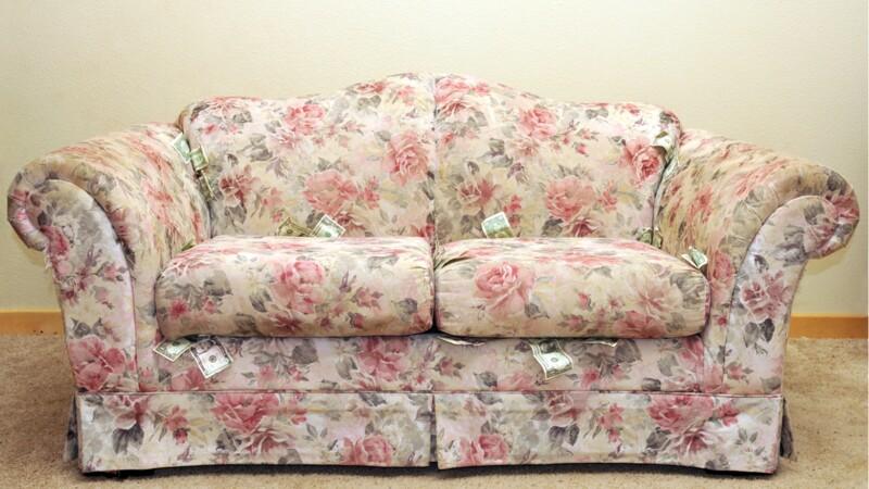 Il découvre 43.000 dollars dans un canapé acheté d'occasion