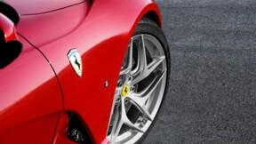 Il oublie le frein à main : sa Ferrari termine dans un lac