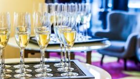 Un maire de la Côte d'Azur soupçonné de se payer alcool et fêtes avec l'argent de la commune