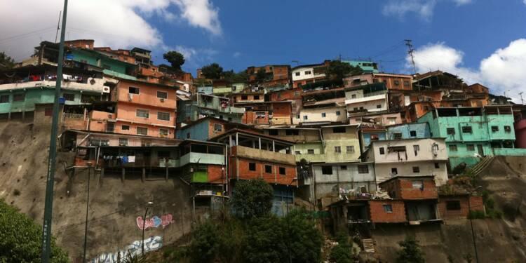 """Venezuela : les habitants achètent du dollar et """"n'importe quoi"""" face à l'hyperinflation"""