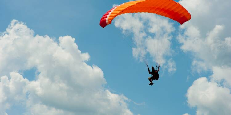 Un parapentiste fait le spectacle dans le ciel... et se fait verbaliser