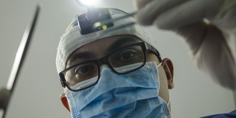 Un médecin implantant un équipement défectueux est-il fautif ?