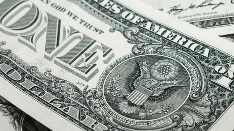 Le dollar profite de l'incertitude et atteint un plus haut depuis neuf mois face à l'euro