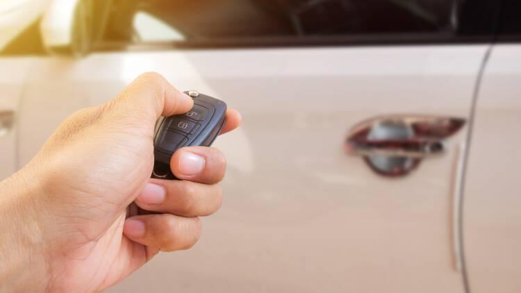 Des dizaines de voitures volées à la clé électronique retrouvées en Afrique