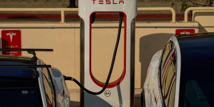 Il profite d'un mystérieux bug pour recharger sa Zoé avec... un Superchargeur Tesla !