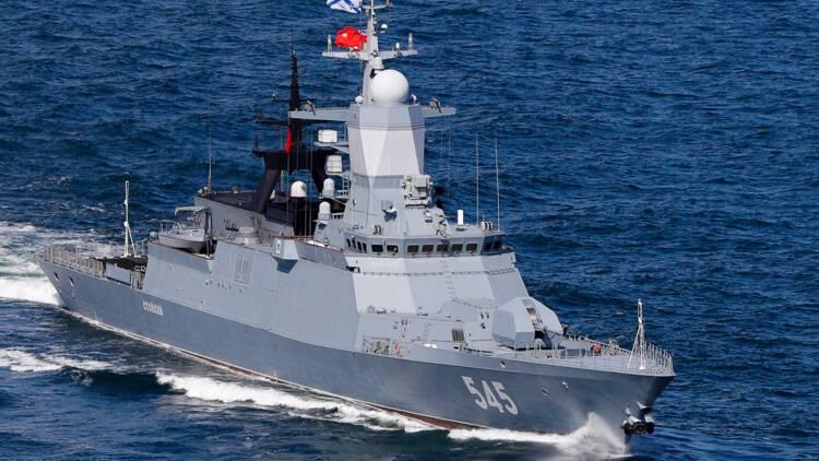 Deux navires militaires russes violent l'espace maritime de la Suède