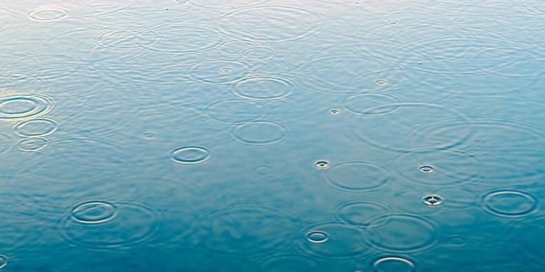 Sa capuche high-tech vous protège de la pluie