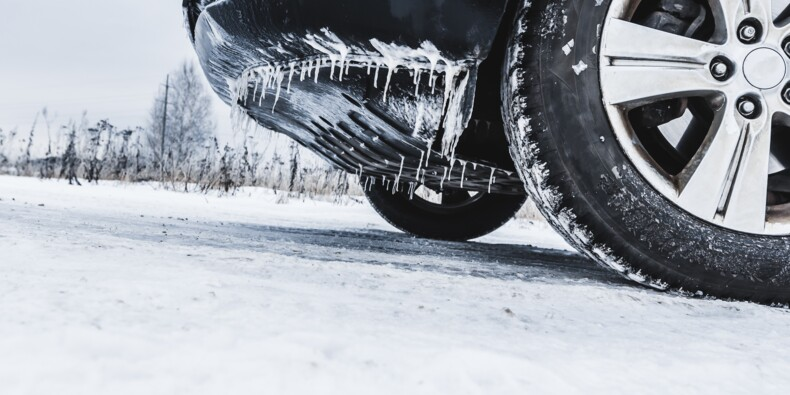 Surpris par une tempête de neige, des centaines de japonais passent la nuit dans leur voiture