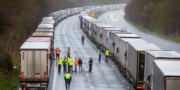 Royaume-Uni : le cauchemar des chauffeurs bloqués dans leur camion pour Noël
