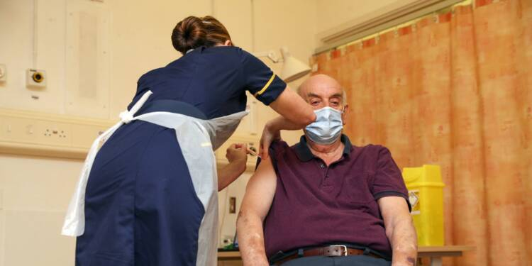 Covid-19: le Royaume-Uni, premier pays à administrer le vaccin AstraZeneca-Oxford