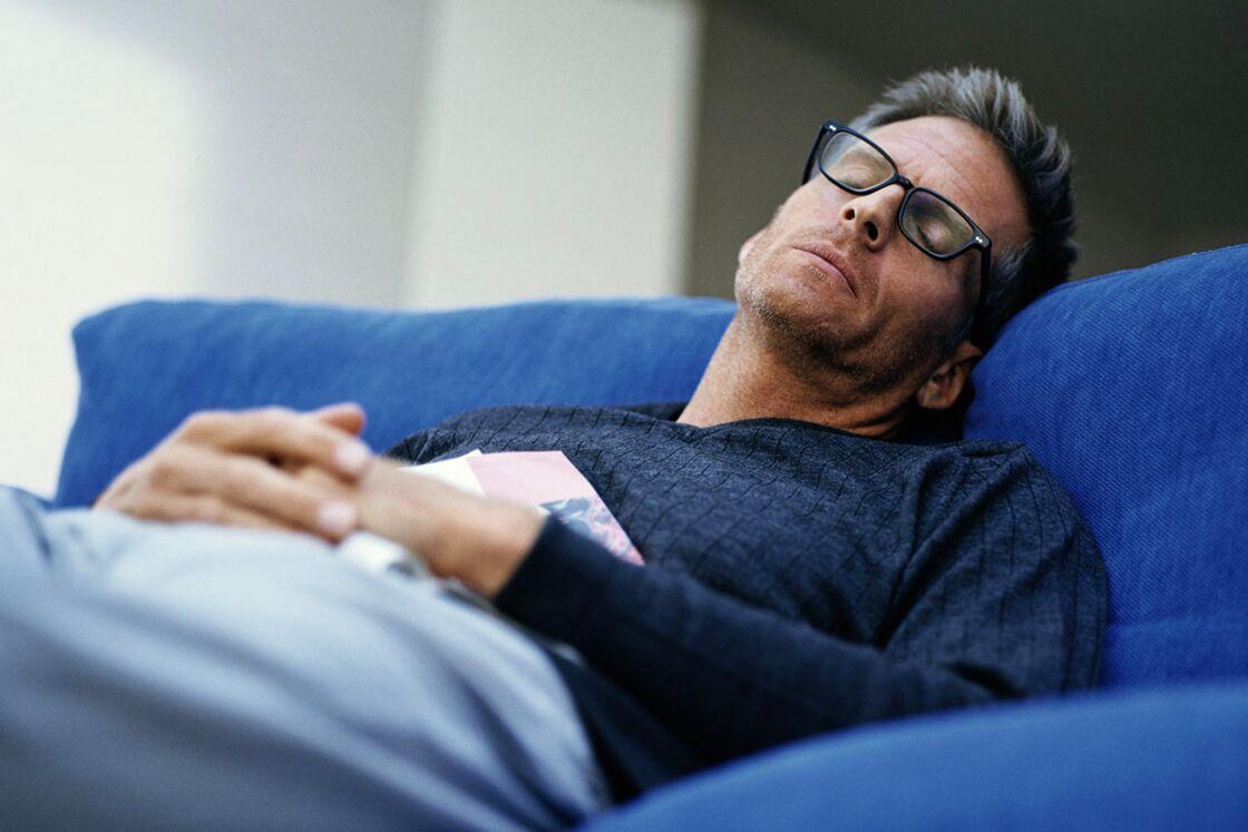 Ständig müde trotz genügend Schlaf: Mediziner enthüllt die Ursache!