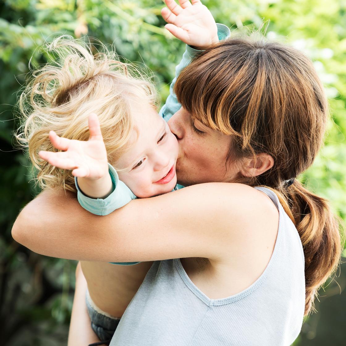 Eine Umarmung mit ihrem Sohn offenbart für die Mutter