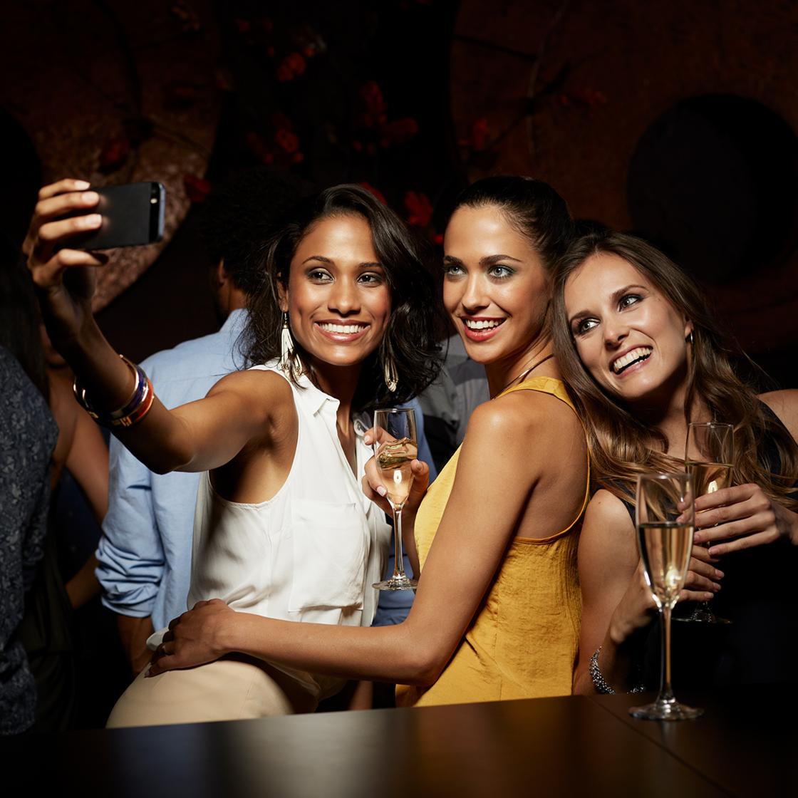 Bei Selfie mit Freunden übersieht junge Frau ein wichtiges