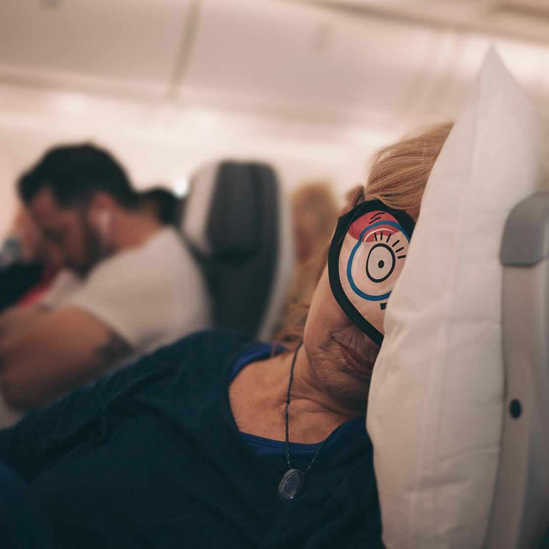 Schlafen im Flugzeug mit erschreckenden Folgen: Diese Frau bereut es bitter!