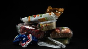 """Un """"pacte"""" entreprises-gouvernement-ONG pour réduire les emballages plastique"""