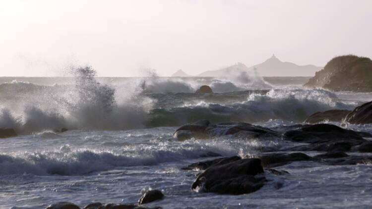 """Des rafales """"inédites"""" balayent le Sud-Est, une touriste allemande emportée par les vagues"""
