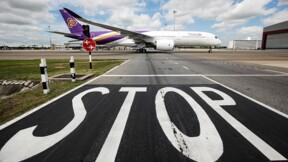 Il fonce sur le tarmac de l'aéroport de Bangkok et frôle un Boeing