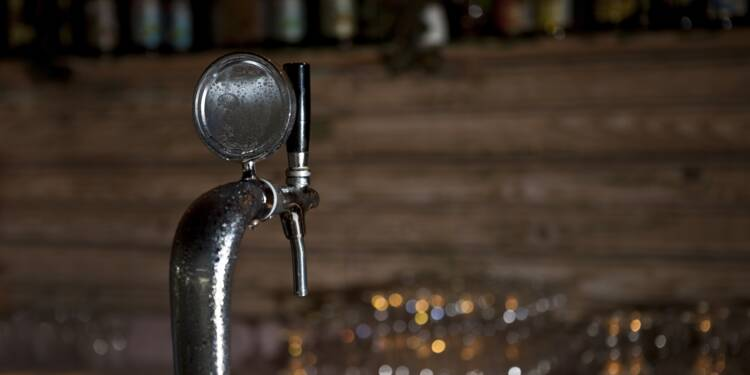 Bretagne : un bar ouvre clandestinement, la police l'identifie à la télévision