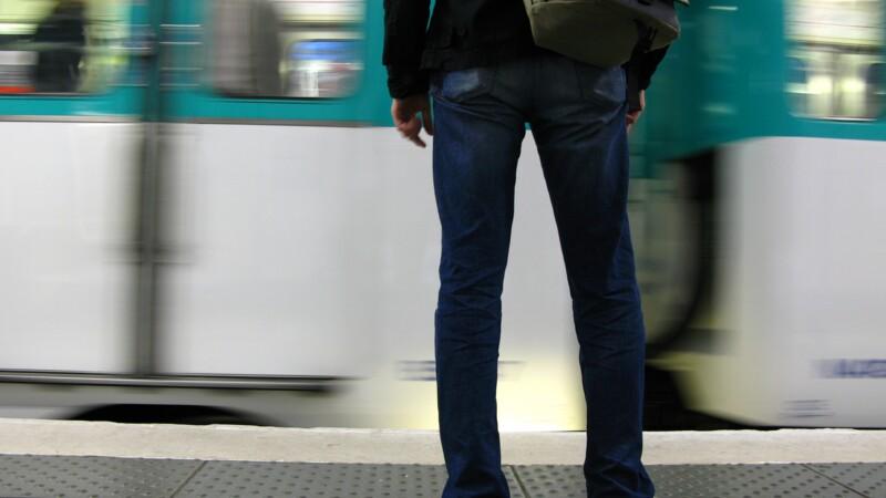 Des pickpockets dans le métro s'en prennent... à un commandant de police