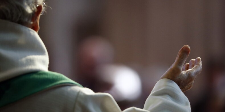 En plein Paris, une église bondée de fidèles sans masques ni distanciation pour la messe de Pâques