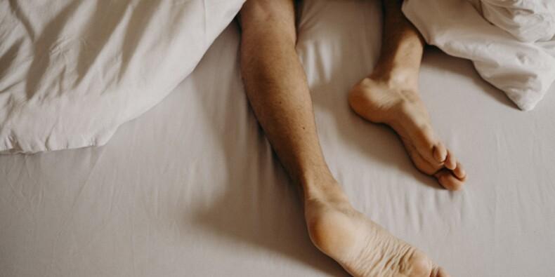 Un artisan trouve un cambrioleur dans le lit de la maison où il devait réaliser des travaux