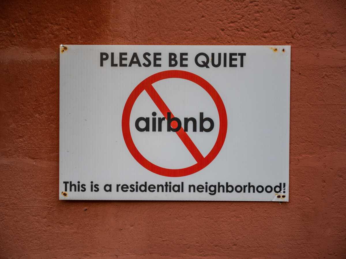 Une brigade du silence bientôt déployée à Marseille pour surveiller les locataires d'Airbnb