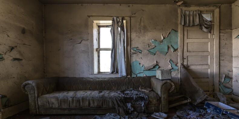 Carreaux cassés, trous dans les murs, immondices… Le propriétaire récupère une maison dévastée près de Royan