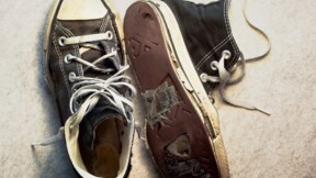 Furieux, des commerçants envoient leurs chaussures usées au gouvernement
