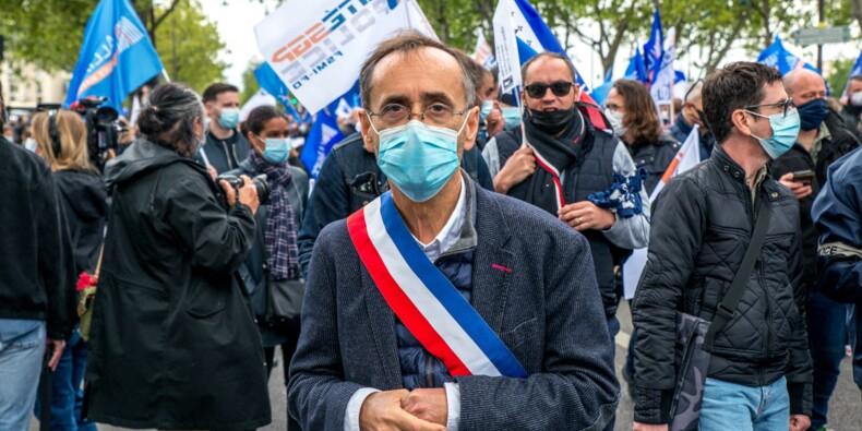 Affiche polémique à Béziers : Robert Ménard gagne son procès face aux associations féministes