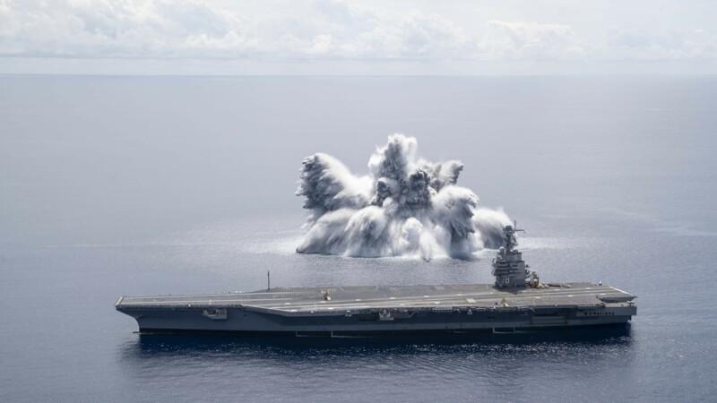 Vidéo : L'US Navy fait exploser une énorme bombe à côté d'un porte-avions pour tester sa résistance
