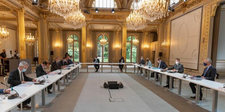 Emmanuel Macron consulte les partenaires sociaux et attend pour prendre des décisions