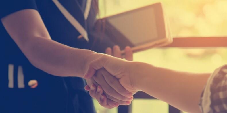 Covid-19 : quel avenir pour la poignée de main au travail ? La chronique de David Abiker